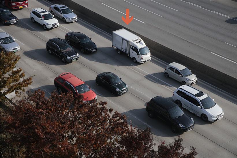 지정차로 위반으로 적발된 흰색 화물차. 범칙금 3만원이다. [사진제공 한국도로공사]