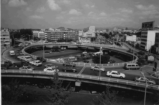 가수 배호가 '돌아가는 삼각지'를 발표한 해인 1967년 12월에 개통한 삼각지 회전 입체 고가도로. 차량이 360도 돌아갈 수 있게 만들었다. 하지만 노래와 회전 고가도로는 관련이 없다. 고가도로 개통 이전에 노래가 발표됐고, 만들기는 그보다 훨씬 빠른 1963년이라고 한다. 전방에 보이는 길이 한강대로 서울역 방향이다.