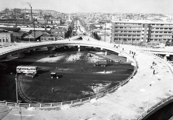 개통을 앞둔 1967년 12월의 삼각지로터리 회전 입체고가도로. 전방으로 보이는 길이 공덕오거리~신촌로터리로 이어지는 백범로다. 삼각지 회전 입체 고가도로는 1994년 헐리고, 현재는 백범로가 시작되는 곳에 있는 철길을 넘어가는 고가도로가 놓였다. [서울사진아카이브]