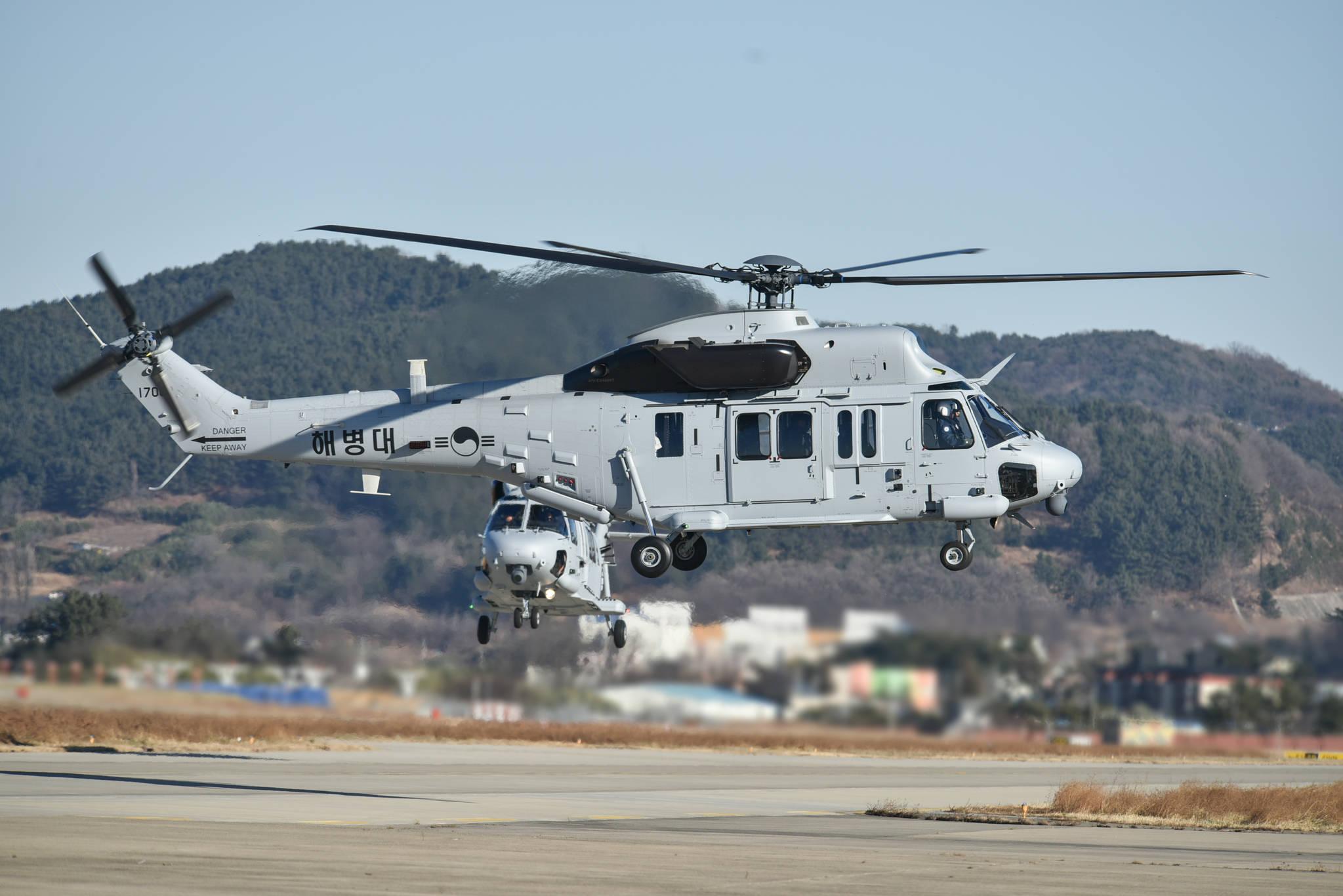 지난해 12월 27일 해병대 상륙기동헬기 '마린온' 2대가 해병대 1사단 항공대에 착륙하고 있다. [사진 해병대]