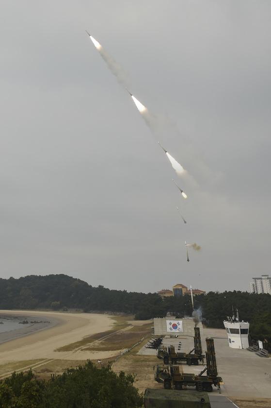 지난달 2일 공군이 충남 대천 사격장에서 연 '2017년 방공유도탄 사격대회'에서 천궁 블록1의 연속 발사 장면. 콜드론치 방식으로 발사된 미사일이 공중에서 점화해 날아가고 있다. 콜드론치 방식은 발사대를 움직이지 않고 360도 모든 방향의 적과 교전이 가능한 장점이 있다. [사진 공군]