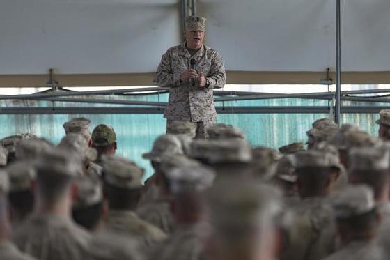 로버트 넬러 미 해병대 사령관이 지난해 12월 중동지역의 미 해병대원에게 한반도 전쟁에 대해 경고하고 있다. [사진 미 해병대]