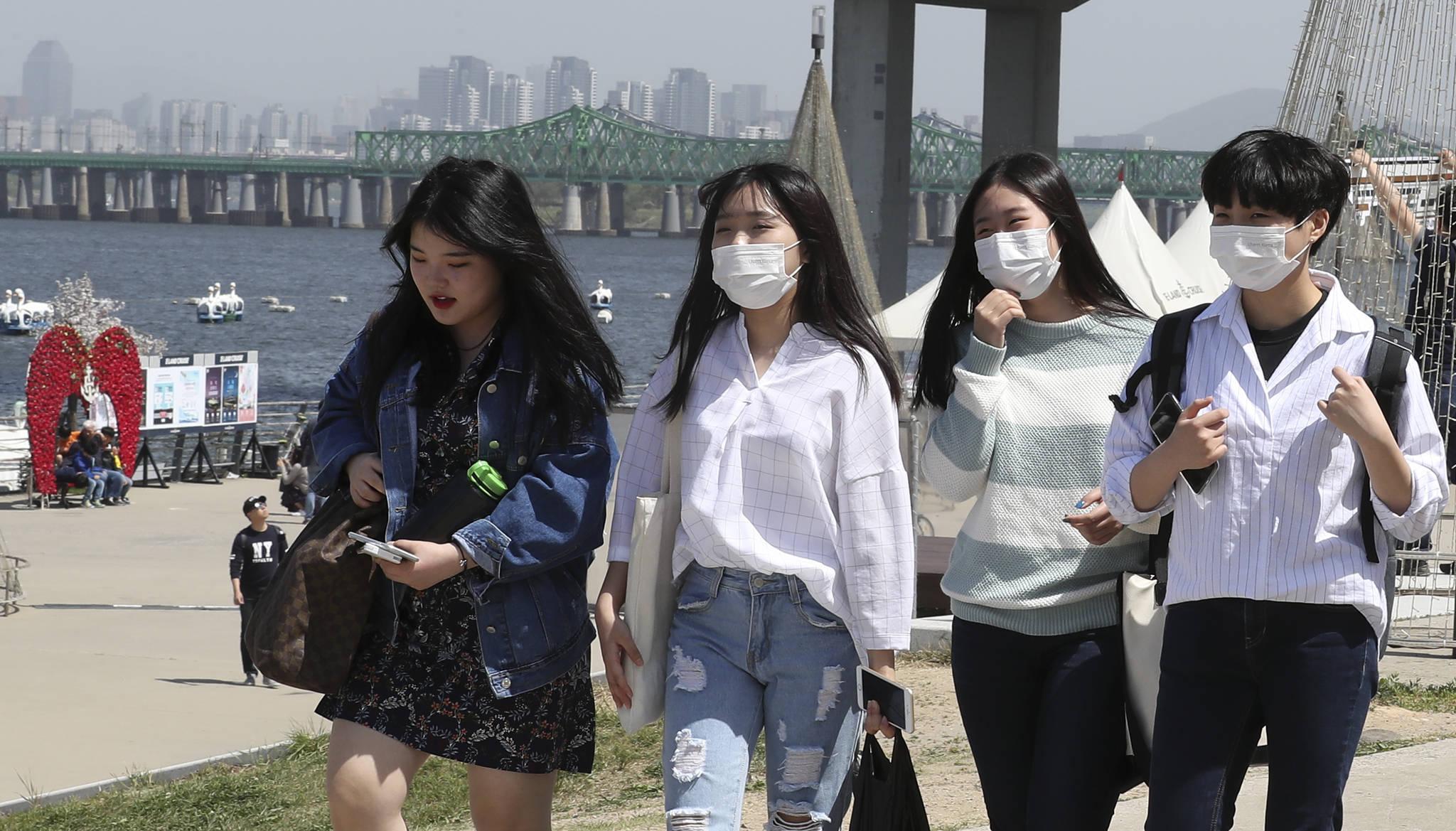 서울 여의도 한강공원에서 시민들이 마스크를 쓰고 강변을 걷고 있다. 임현동 기자