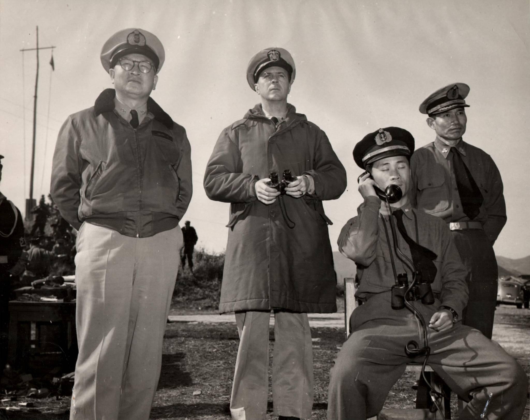 해군 초대 참모총장인 손원일 제독(제일 왼쪽) 과 마이클 루시 대령(왼쪽에서 둘째)이 훈련을 참관하는 모습. [사진 해군]