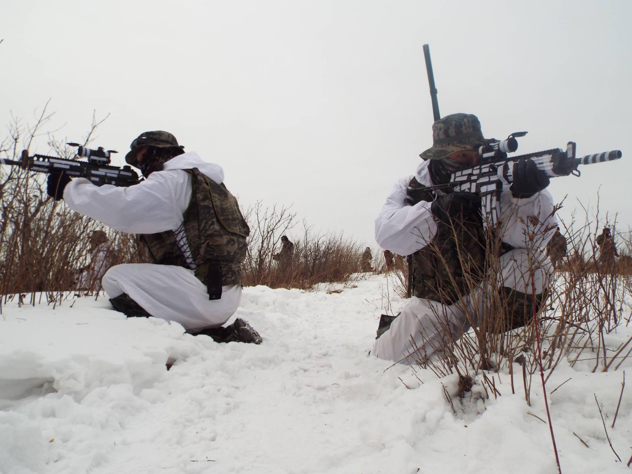 한ㆍ미 해병대 연합 겨울 설한지 훈련에 참가한 해병 수색부대원들이 적진 침투 상황 훈련을 하고 있다. [사진 해병대]