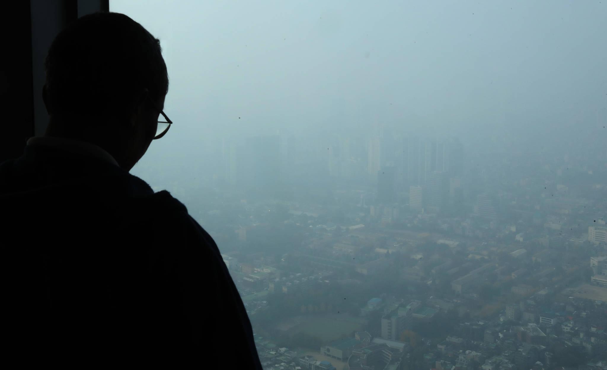 중국발 황사의 영향으로 미세먼지 농도가 나쁨을 나타낸 지난해 11월 8일 서울 도심이 뿌옇다. 우상조 기자
