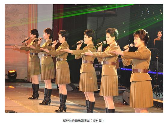 모란봉 악단이 군복차림으로 노래하는 모습. [중앙포토]