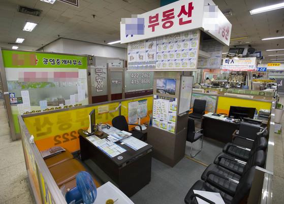 정부가 고강도 단속 방침을 밝힌 다음 날인 12일, 서울의 한 부동산 업체 밀집 상가가 한산한 모습이다.