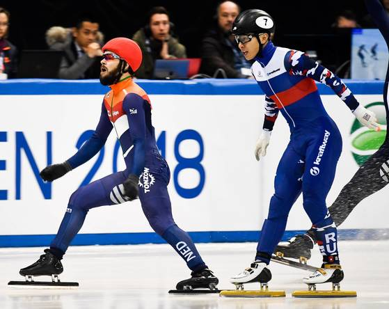 epa06435785 Winner Sjinkie Knegt (L) of Netherlands and second placed Vicor An (R) of Russia cross finish line in the Men's 500 m final at the ISU European Short Track speed skating Championship in Dresden, Germany, 13 January 2018. EPA/FILIP SINGER <저작권자(c) 연합뉴스, 무단 전재-재배포 금지>