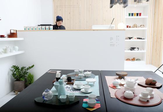 다이닝룸은 주방과 식탁에서 사용하는 제품들 위주로 꾸며졌다. 곧 커피 등 음료를 판매해 테이블에서 마실 수 있도록 할 예정이다. 우상조 기자