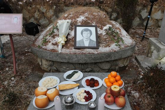 14일 경기도 남양주시 모란공원에서 열린 박종철 열사 31주기 추모식에서 열사의 영정이 묘소에 놓여 있다. [연합뉴스]