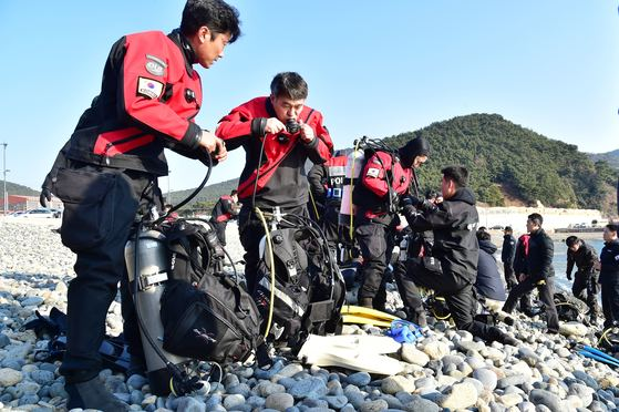 박경민 해양경찰청장(왼쪽 둘째)이 스킨스쿠버 실습을 앞두고 장비를 점검하고 있다. [사진 해양경찰청]