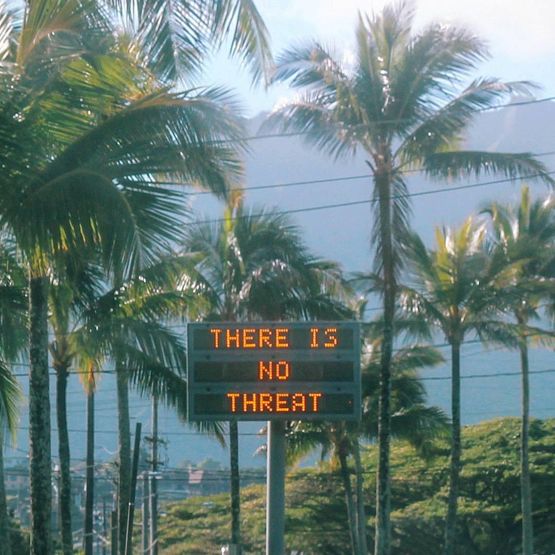 13일(현지시간) 하와이 주 정부가 미사일위협에따른 피난 문자가 잘못되었다는 것을 알리는 시내 전광판.[로이터=연합뉴스]