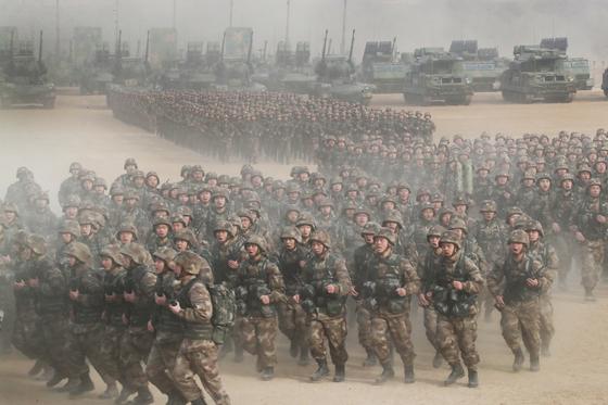 지난 3일 중국 허베이성 바오딩의 중부전구 모 부대에서 개최된 '2018 군사훈련 동원대회'에 참가한 군인들이 시진핑 주석의 출동 명령이 떨어지자 구보로 훈련장으로 달려가고 있다.[사진=신화사]