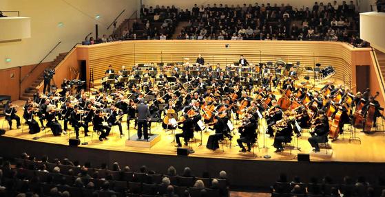 2012년 3월 파리에서 공연한 북한의 은하수 관현악단. 이듬해에 해체된 것으로 전해졌다. [중앙포토]