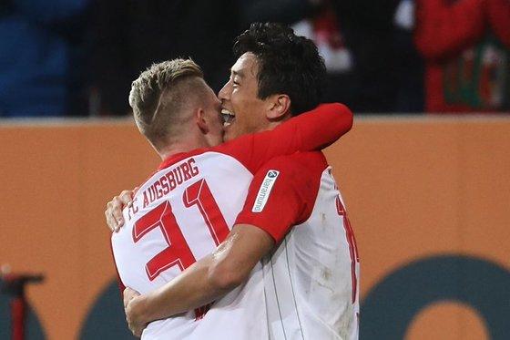 독일프로축구 아우크스부르크 구자철(오른쪽)이 14일 함부르크와 경기에서 헤딩골을 터트린 뒤 팀 동료와 기쁨을 나누고 있다. [사진 아우크스부르크 홈페이지]