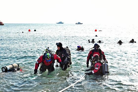 해양경찰청 지휘부가 13일 부산 태종대 앞바다에서 스킨스쿠버 바다실습을 하고 있다. [사진 해양경찰청]