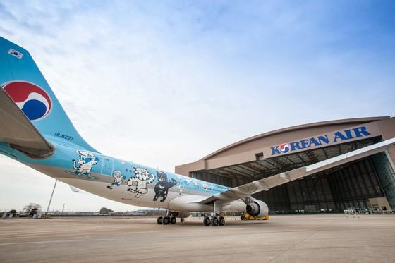 2018 평창 동계올림픽 및 패럴림픽 마스코트인 '수호랑 반다비'를 래핑한 대한항공의 A330-200 기종의 홍보 항공기. [사진 대한항공]