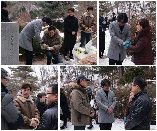 박종철 열사의 묘소를 참배하고 있는 배우들. [사진 박종철 기념 사업회 페이스북]