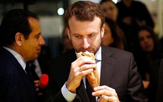 바게트를 들고 있는 에마뉘엘 마크롱 프랑스 대통령. 바게트를 유네스코 인류무형문화유산으로 등재해야 한다고 말했다. [AFP]