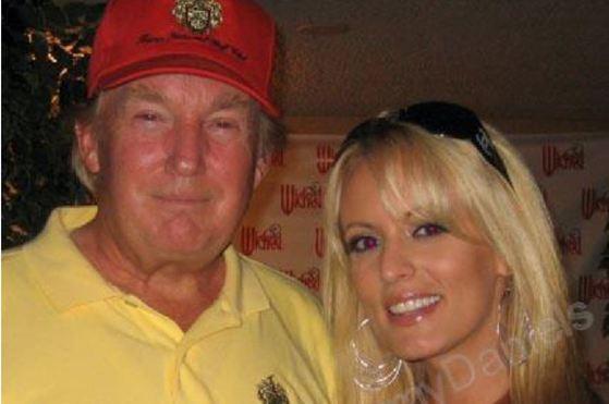 2006년 스테파니 클리포드는 자신의 '마이스페이스' 계정에 트럼프와 함께 찍은 사진을 게재했다.