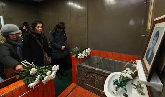 이한열 열사의 어머니 배은심 여사(왼쪽 둘째)가 14일 오후 서울 용산구 경찰청 인권센터(옛 남영동 대공분실)에서 열린 박종철 열사 31주기 추모제에서 헌화하고 있다.김상선 기자