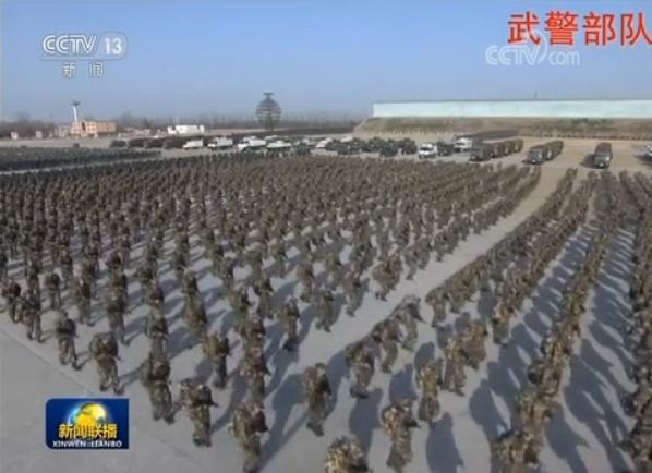 지난 3일 개최된 '2018 군사훈련 동원대회'에 참가한 무장경찰 부대원들이 시진핑 주석의 명령이 떨어지자 훈련장을 향해 구보하고있다. 무장경찰부대는 올 들어 지휘 체계가 기존 정법위에서 중앙군사위원회로 이관됐다. [사진=CC-TV 캡처]
