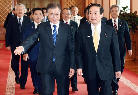 문재인 대통령이 지난해 8월 청와대를 방문한 누카가 후쿠시로 일한 의원연맹 회장(오른쪽)등 한일 의원연맹 대표단과 환담장으로 이동하고 있다. [중앙포토]