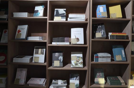 '서촌, 그 책방'에서 판매하는 모든 책에는 주인장 하영남 대표가 직접 읽고 남긴 코멘트가 포스트잇으로 붙어 있다. 임현동 기자
