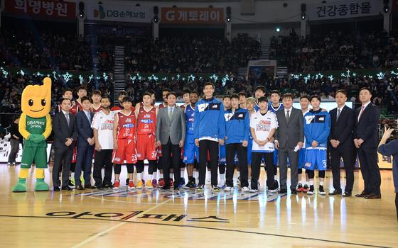 올스타전 1쿼터 중간 올 시즌을 끝으로 은퇴하는 김주성의 기념행사가 진행됐다. [사진 KBL]