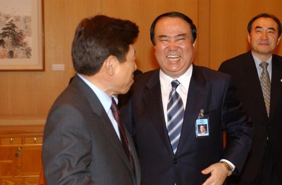 문희상 당시 대통령 비서실장(가운데)이 2003년 5월 유인태 정무수석(왼쪽)과 즐겁게 이야기를 나누고 있다. 뒤에는 이상수 전 의원. [중앙포토]