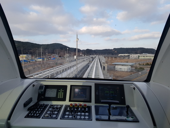 인천공항 자기부상열차는 전자동 무인시스템으로 운행하지만 만일의 사태에 대비해 안전요원이 상시 탑승해 있다. 사진은 수동으로 운전할 수 있는 운전대 모습. 임명수 기자