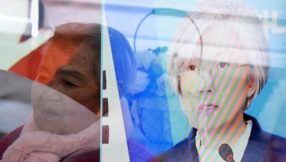 """9일 강경화 외교부 장관이 """"한·일 위안부 합의에 대한 재협상을 요구하지 않겠다""""고 발표하는 모습을 위안부 피해자인 이옥선 할머니가 지켜보고 있다. 뉴시스"""