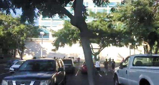 13일(현지시간) 미국 하와이에서 실수로 탄도미사일 위협 경보가 발령돼 주민과 관광객들이 대피하는 소동이 벌어졌다. 경보에 놀란 하와이대 학생들이 긴급히 대피하고 있다. [로이터=연합뉴스]