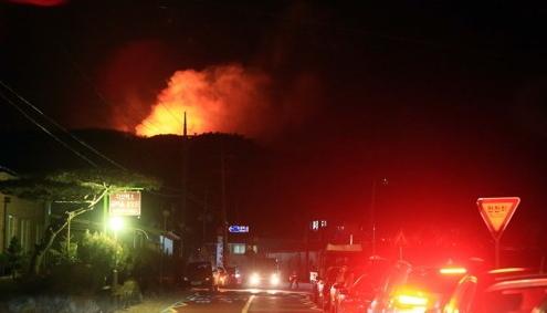 14일 오후 7시 53분께 강원 양양군 양양읍 화일리에서 발생한 산불이 주택 1채를 태우고 산 정상을 넘어 서풍을 타고 동쪽으로 확산 중이다. [연합뉴스]