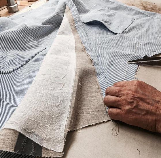 재킷 안에 손바느질로 덧댄 여러 장의 심지들. '비접착식'이라고 명기하지 않은 맞춤양복 또는 기성복의 경우 이 과정에서 접착체를 사용한다. [사진 레리치]
