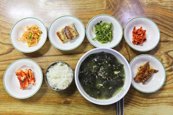 옛 태광식당에서 먹은 우럭미역국과 밑반찬. 우럭을 사골처럼 푹 고아 살점이 거의 바스러져 있다.