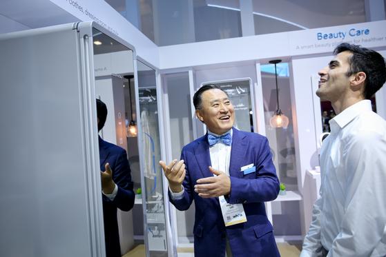 10일(현지시간) 이해선 코웨이 대표이사가 미국 라스베이거스에서 열린 CES(소비자가전전시회) 2018에서 코웨이 전시 부스를 찾은 방문객들에게 코웨이 신제품에 대해 설명하고 있다. [사진 코웨이]