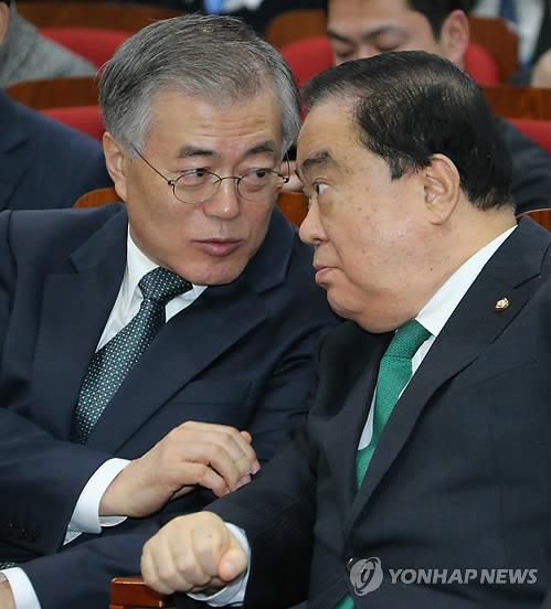 문재인 대통령(왼쪽)과 문희상 더불어민주당 의원이 지난 6월 이야기를 나누고 있다. [연합뉴스]