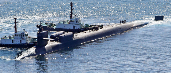 미국 전략자산 핵추진 잠수함 미시간함(SSGN-727·1만8000t 급)이 13일 부산항으로 들어오고 있다. 미시간함은 길이 170m, 폭 12.8m로 최대 사거리 1600㎞의 토마호크 미사일 150여 발 등을 탑재했다. 미시간함의 부산항 입항은 4월 이후 올해 두 번째다.