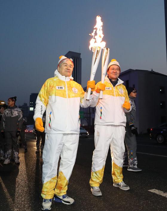 조양호(왼쪽) 한진그룹 회장은 장남 조원태 대한항공 사장과 함께 봉송에 나섰다. [연합뉴스]