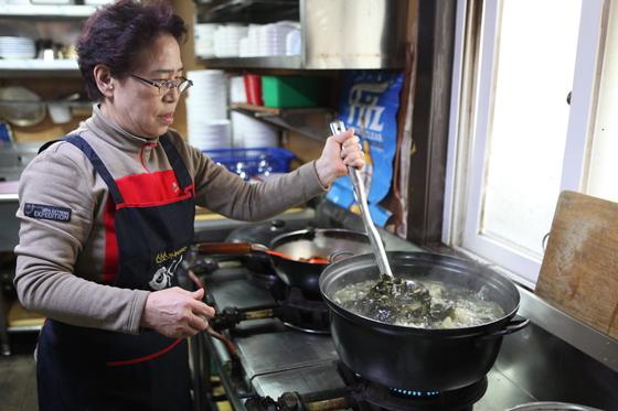 30년째 강릉 강문동에서 우럭미역국을 끓이고 있는 원송죽 사장.