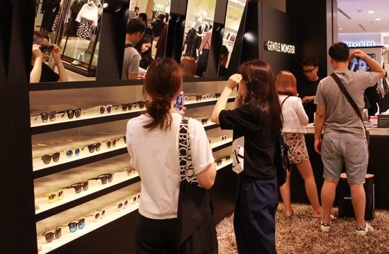 젊은이들 사이에서 큰 인기를 끌면서 중국 자본이 투자한 아이웨어 전문점 젠틀 몬스터 매장.  사진=젠틀 몬스터 제공