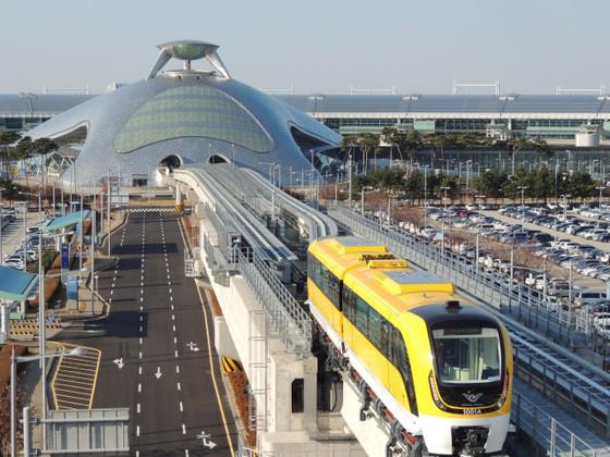 인천공항 자기부상열차를 이용해 섬 여행을 하는 관광객들이 늘어나나고 있다. 사진은 인천공항 제1여객터미널을 빠져나온 자기부상열차 모습. [사진 공항철도]