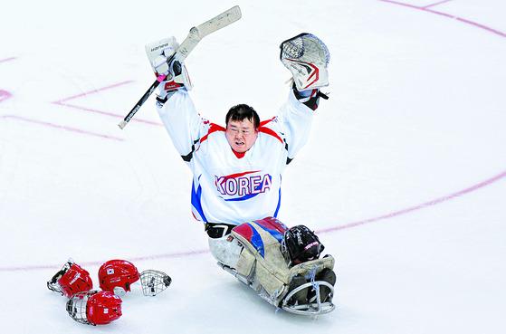 2014 소치 패럴림픽에서 러시아전 승리를 이끌고 환호하는 골리 유만균. [사진공동취재단]
