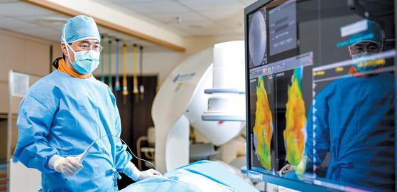 세브란스 심장혈관병 원 엄재선 교수가 '3차 원 부정맥 지도화 시스 템'을 활용해 부정맥이 생긴 선천성 심장질환 자에게 중재시술을 하 고 있다. 김동하 기자