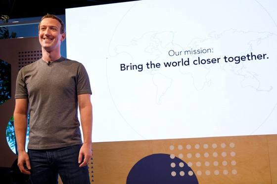 새로운 페이스북 슬로건을 발표한 마크 저커버그. [마크 저커버그 페이스북]