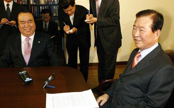 문희상 당시 열린우리당의장이 2005년 신임 중앙상임위원과 함께 서울 동교동 김대중도서관으로 김대중 전 대통령을 찾아가 인사하고 있다. 문 의원은 지금도 김대중 철학으로 생각한다고 말했다. [중앙포토]