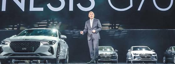 제네시스 G70을 소개하는 정의선 현대차 부회장. [사진 현대차]