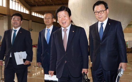 박병석 더불어민주당 의원을 단장으로 한 국회 대표단이 오는 16일부터 20일까지 중국을 방문한다. 사진은 박 의원(오른쪽 둘째) 등이 지난해 5월 중국 베이징에서 개최된 '일대일로 국제협력 정상포럼'에 한국 정부 대표단 자격으로 참석하기 위해 5월 13일 서울 김포공항 출국장으로 향하고 있는 모습. 왼쪽부터 박정 민주당 의원, 임성남 외교부 1차관, 박 의원, 박광온 민주당 의원. [중앙 포토]